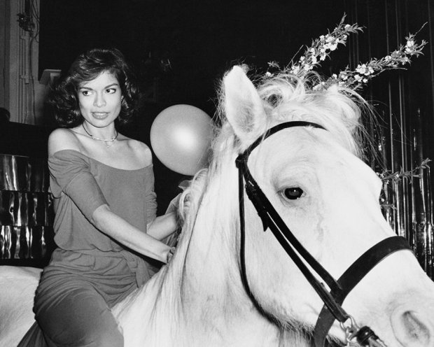 bianca-jagger-y-el-caballo-blanco-y-otras-leyendas-de-studio-54_gallery_a